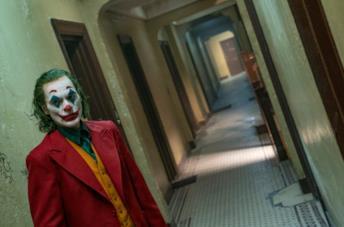 Un'immagine di Joaquin Phoenix in una scena del film Joker