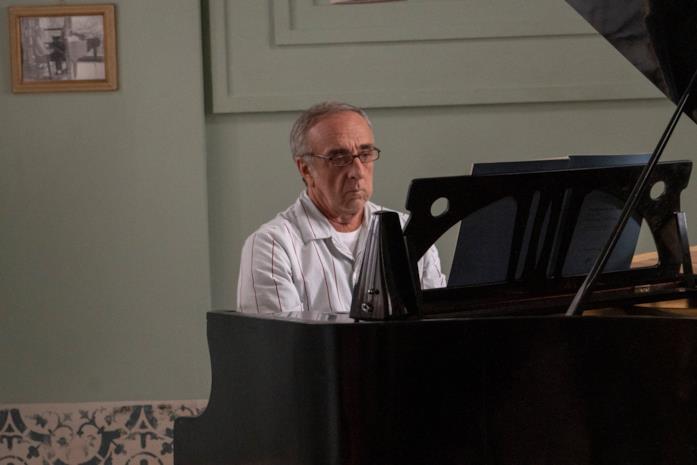 Silvio Orlando al pianoforte nel film Il bambino nascosto