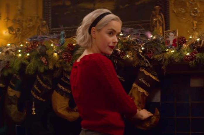 Kiernan Shipka con le decorazioni natalizie