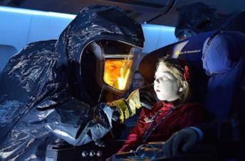 Corey Stoll e Isabelle Nélisse in una scena della serie The Strain