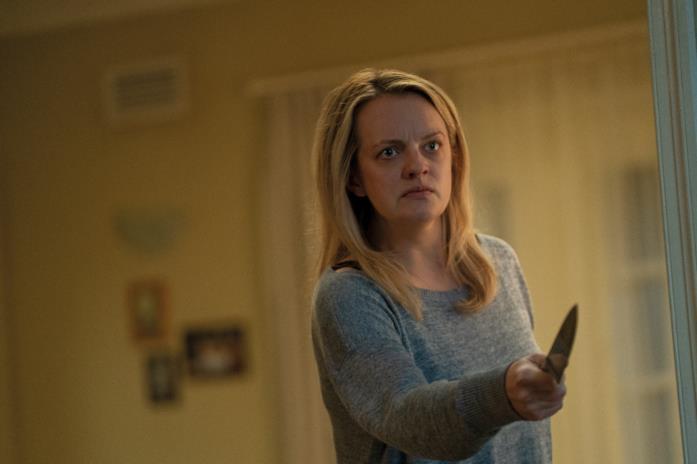 Elisabeth Moss brandisce un coltello