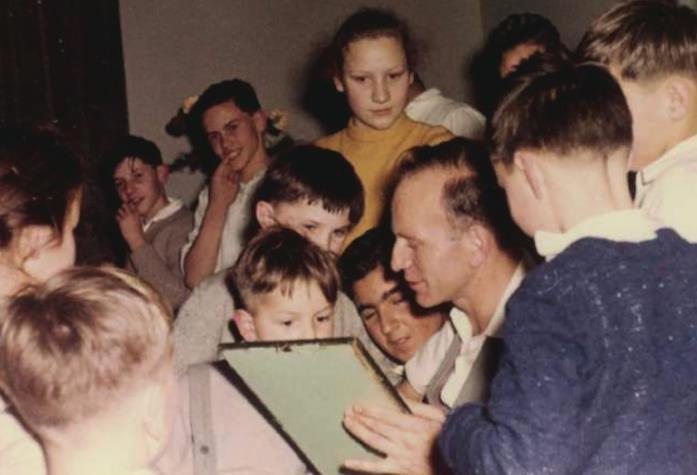 Paul Schäfer con un gruppo di bambini a Heide