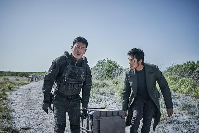Ha Jung-woo e Lee Byung-hun in una scena di Ashfall