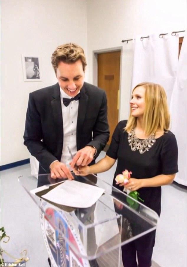 Kristen Bell con Dax Shepard il giorno del matrimonio