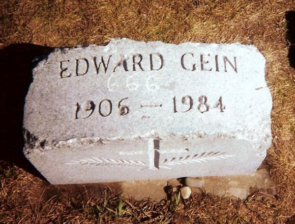 La lapide vandalizzata di Ed Gein
