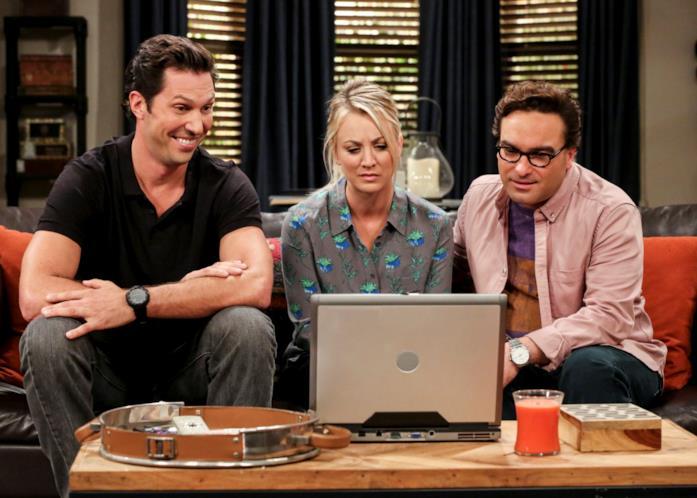 Una immagine con i personaggi di Zack, Penny e Leonard dalla stagione 11 di The Big Bang Theory