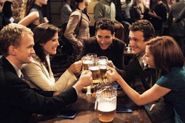 Barney, Robin, Ted, Marshall e Lily brindano al bar