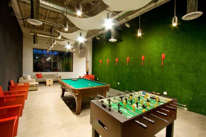 Tavolo di calcio barilla e di biliardo nella sala relax della sede di Skype a Stoccolma