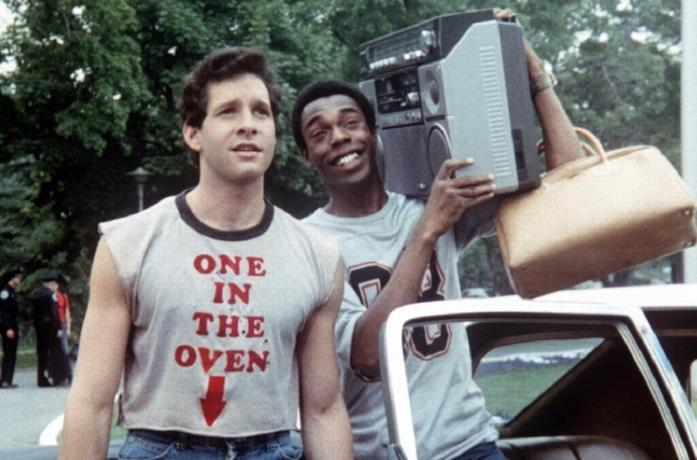 Steve Guttenberg e Michael Winslow in una scena del film Scuola di polizia del 1984