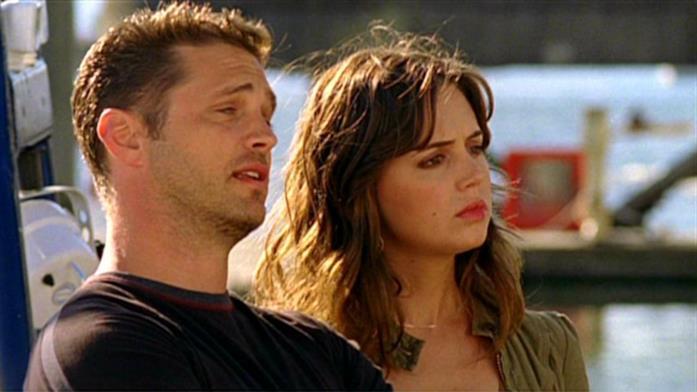Jason Priestley ed Eliza Dushku in una scena di Tru Calling