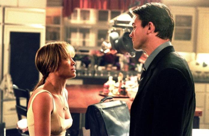 Jennifer Lopez e Billy Campbell in una scena del film Via dall'incubo