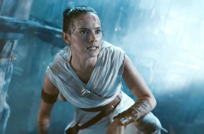 Daisy Ridley in una scena di Star Wars: L'Ascesa di Skywalker
