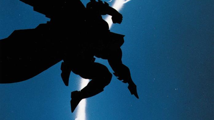 Sagoma di Batman stagliata contro un fulmine nel cielo notturno