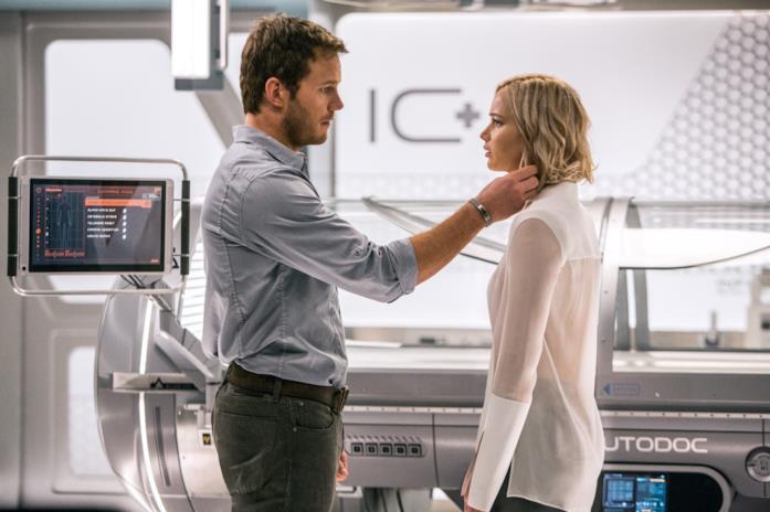 Una scena di Passengers con Chris Pratt e Jennifer Lawrence