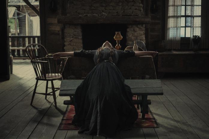 Una donna distesa su un tavolo