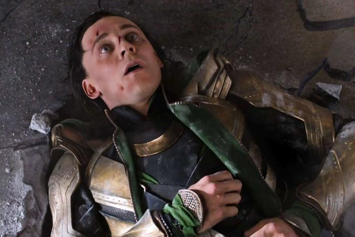 Loki dolorante dopo le botte prese da Hulk in The Avengers