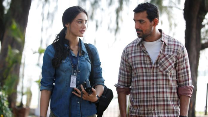 Nargis Fakhri e John Abraham in una scena di Madras Café
