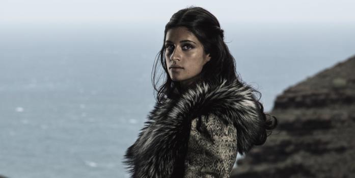 Anya Chalotra interpreta Yennefer in The Witcher