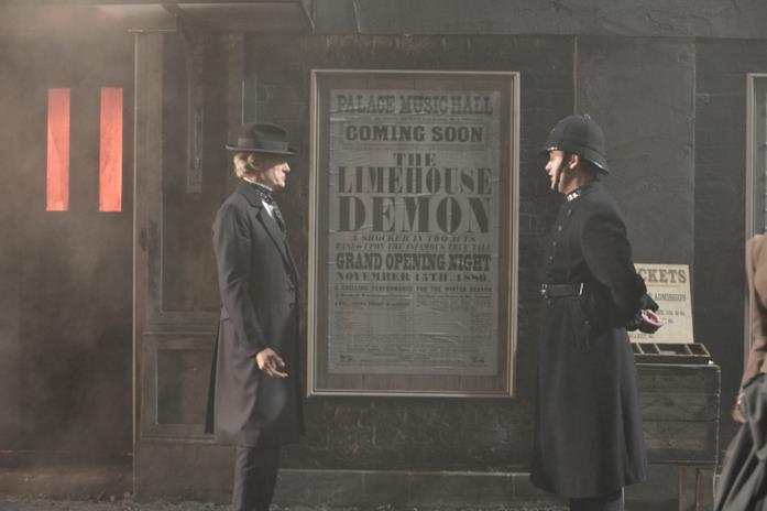 Bill Nighy e Daniel Mays in una scena del film The Limehouse Golem - Mistero sul Tamigi