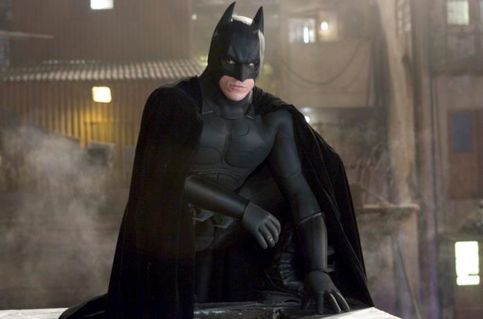 Christian Bale è Batman in una scena di Batman Begins