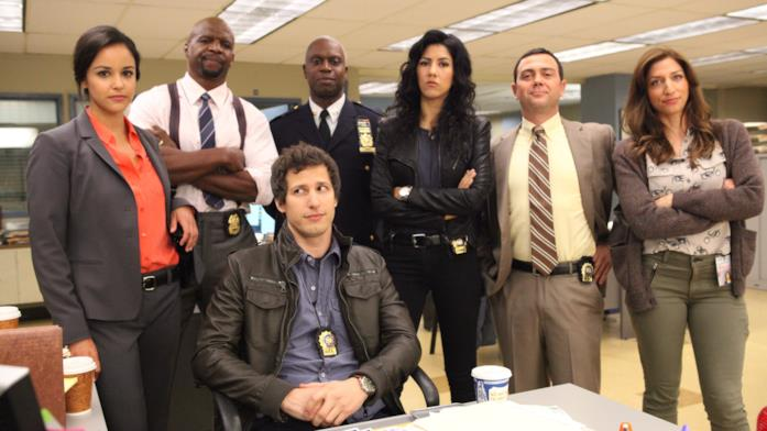 Gli attori di Brooklyn Nine-Nine all'interno del fittizio dipartimento di polizia