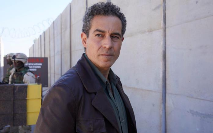 Waleed Zuaiter in una scena della serie Baghdad Central