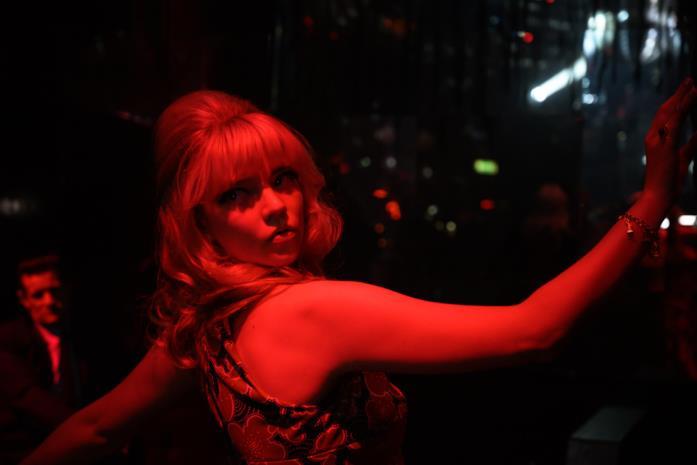 Anya Taylor-Joy investita da una luce rossa