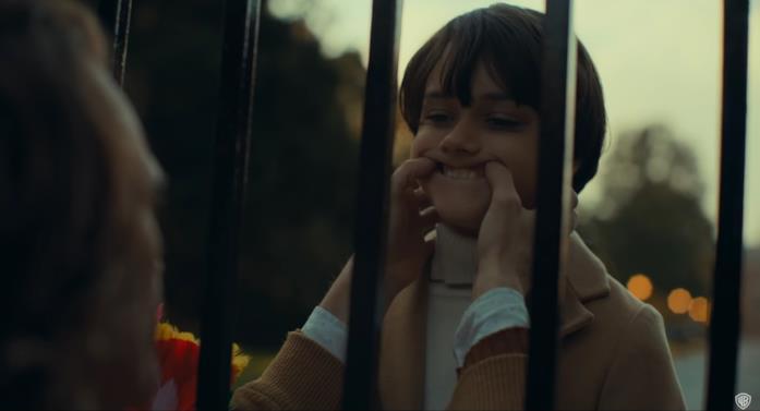 Joaquin Phoenix materializza il sorriso di Joker sul volto di Dante Pereira-Olson in una scena del film
