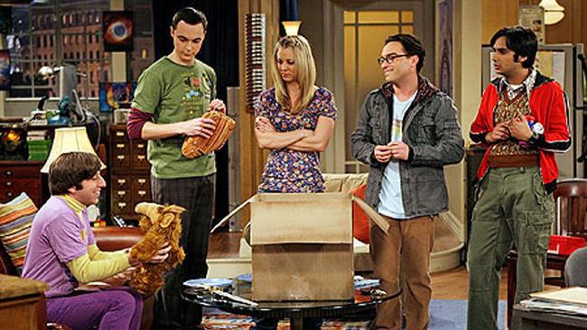 Il cast di The Big Bang Theory in una scena della serie TV