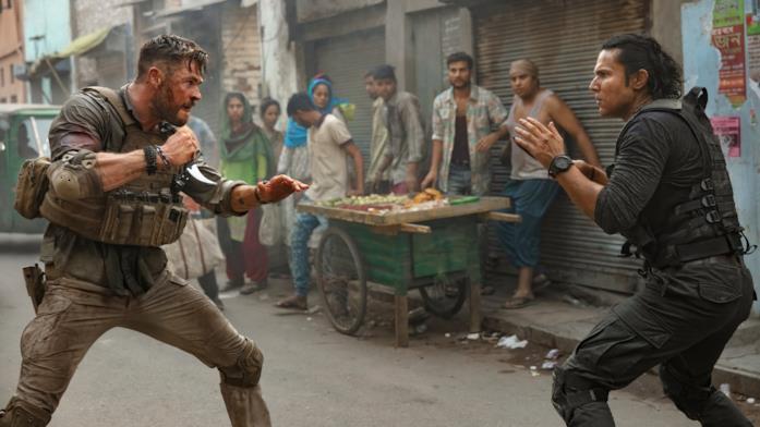 Tyler Rake, in una stradina, combatte contro uno strano individuo