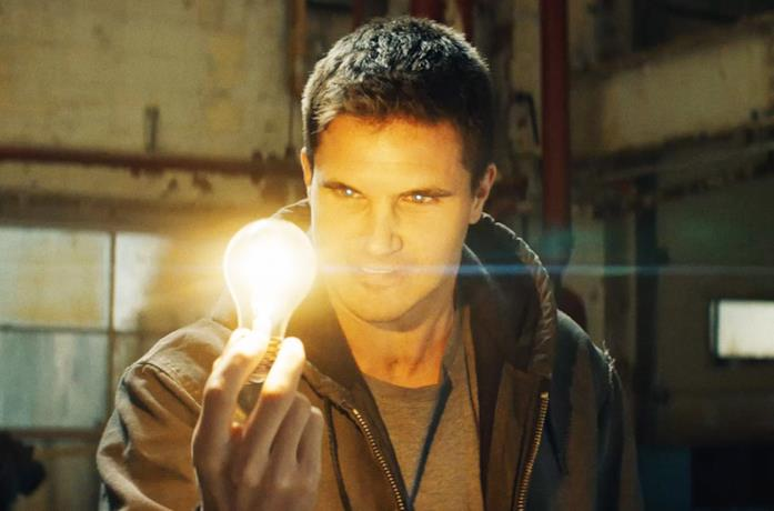 Robbie Amell è Connor Reed in Code 8
