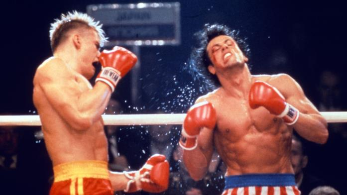 Ivan Drago colpisce al fianco Rocky Balboa in Rocky IV