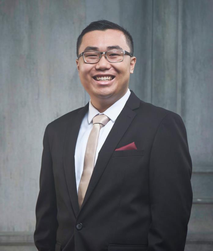 Kelvin sorridente in abiti eleganti