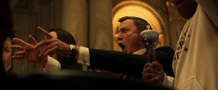 Daniel Craig esulta per il lancio dei dadi fortunato nella clip comica del SNL