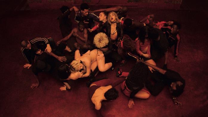 Una scena di ballo di tutta la compagnia di ballerini