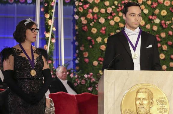 Mayim Bialik e Jim Parsons nell'episodio finale di The Big Bang Theory
