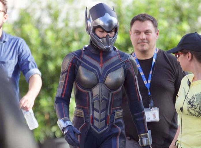 Evangeline Lilly indossa il suo costume da Wasp sul set del film