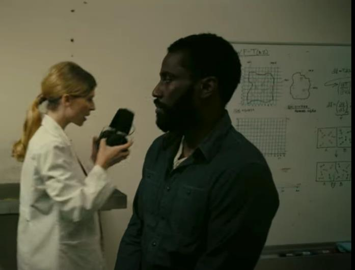 John David Washington e Clémence Poésy in una scena di Tenet