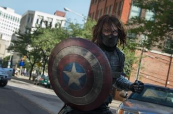 Winter Soldier con lo scudo di Captain America