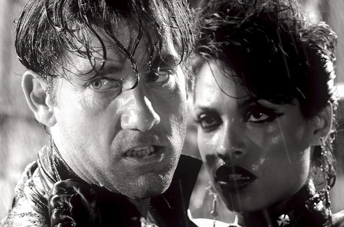 Clive Owen e Rosario Dawson in una scena del film Sin City