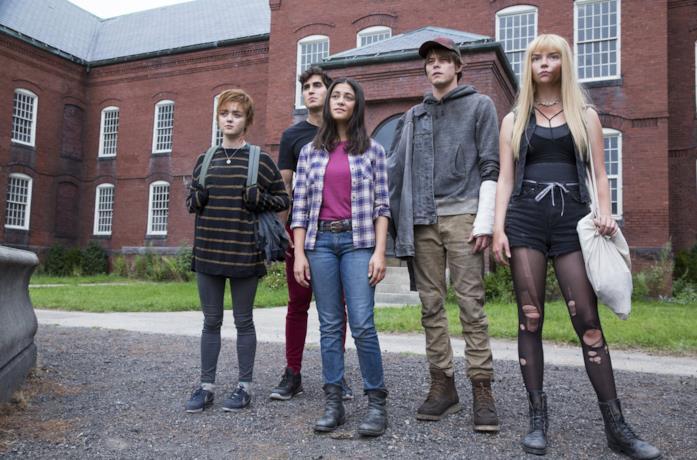 Il gruppo di mutanti si trova davanti all'ingresso dell'istituto in cui dovranno vivere