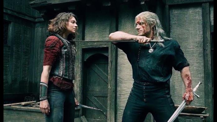 Renfri e Geralt combattono all'interno di un villaggio