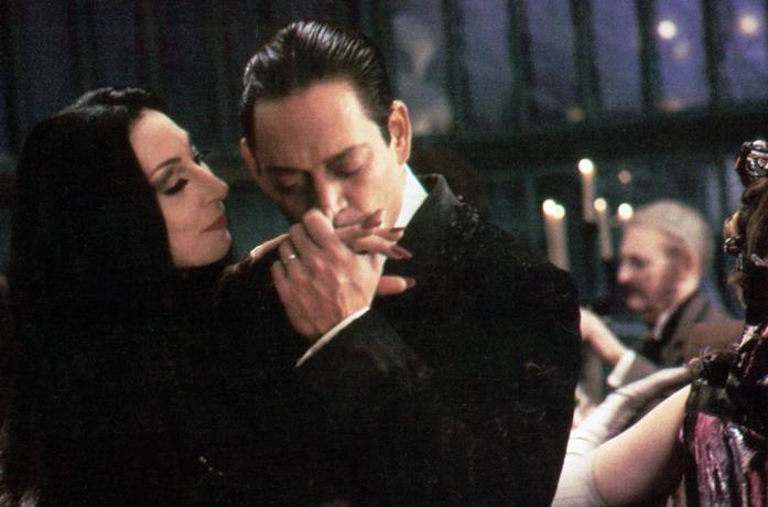 Gomez e Morticia Addams ballano insieme