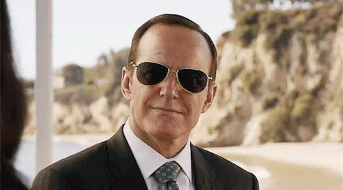 Coulson con gli occhiali da sole