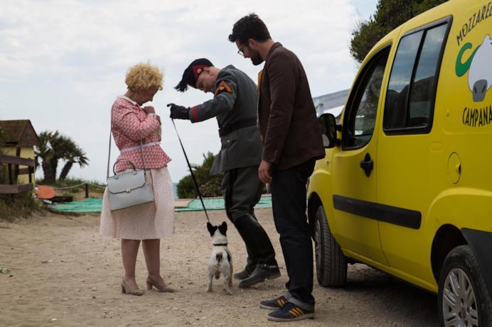 Una scena di Sono tornato con Mussolini con un cane