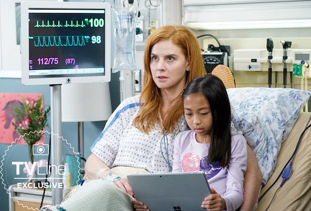 Suzanne con una bambina in una scena di Grey's Anatomy 16