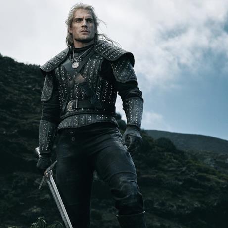 Un primo piano di Geralt, intepretato da Henry Cavill