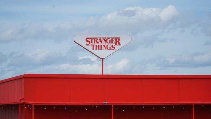 Il cartello di Stranger Things su un capannone rosso