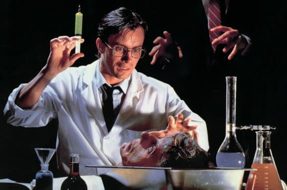 Una scena del film Re-Animator di Stuart Gordon