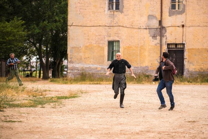 Una scena di Sono tornato con Mussolini che corre